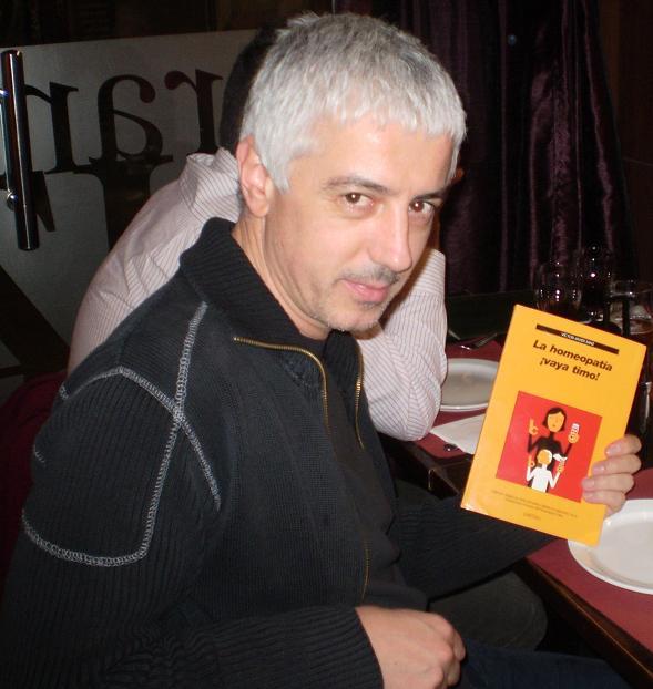 Xurxo en el Ateneu: Xurxo recibió un ejemplar de ¡vaya timo! de los socios de ARP-SAPC